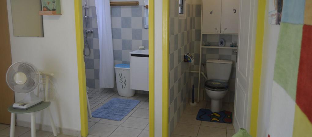 Depuis la chambre, ouverture sur la salle de bains et les toilettes indépendantes