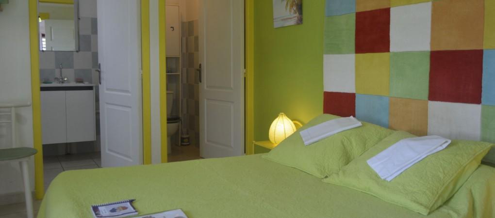La chambre ouverte sur la varangue et le jardin tropical